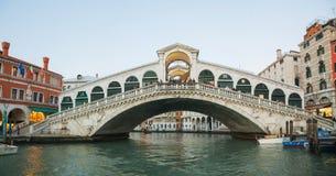 Rialto överbryggar (Ponte Di Rialto) i aftonen Royaltyfria Foton