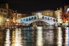 Rialto överbryggar (Ponte Di Rialto) i Venedig, Italien Fotografering för Bildbyråer