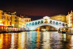 Rialto överbryggar (Ponte Di Rialto) i Venedig, Italien Arkivbilder