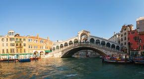 Rialto överbryggar (Ponte Di Rialto) i Venedig, Italien på en solig dag Arkivbild