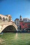 Rialto överbryggar (Ponte Di Rialto) på en solig dag Arkivbild