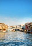 Rialto överbryggar (Ponte Di Rialto) på en solig dag Fotografering för Bildbyråer