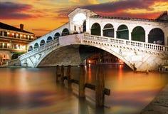 Rialto överbryggar, Venedig på den dramatiska solnedgången Royaltyfri Bild