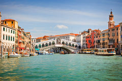 Rialto Brücke über großartigem Kanal in Venedig Stockfotos
