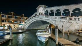 Rialto-Brücke oder Ponte di Rialto über Grand Canal -timelapse nachts in Venedig, Italien stock video