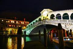 Rialto-Brücke (Ponte Di Rialto) nachts Stockfotos