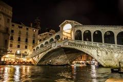 Rialto-Brücke in romantischem Venedig stockfoto