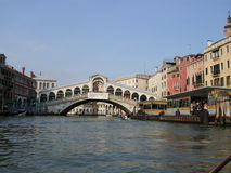 Rialto Brücke und der großartige Kanal Stockbild