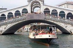 Rialto Brücke und Wasserbus Lizenzfreies Stockbild