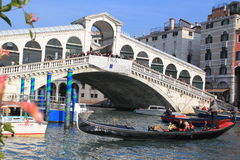 Rialto Brücke in Venedig Stockfotos
