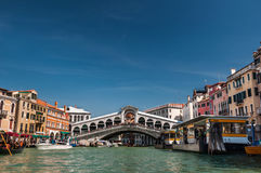Rialto bridge and boats on Grand Canal, Venice, Italy Stock Photography