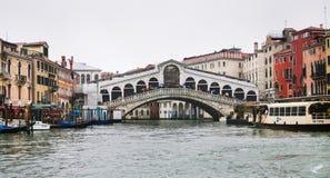 Rialto Bridge Ponte di Rialto威尼斯在雨中 库存照片