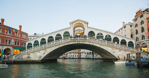 Rialto Bridge (Ponte Di Rialto) in the evening Royalty Free Stock Photos