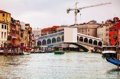 Rialto bridge (Ponte di Rialto) in Venice Stock Images