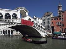 Rialto bro och den storslagna kanalen i Venedig Royaltyfria Bilder
