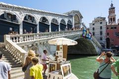 Rialto bro och turist Arkivfoto