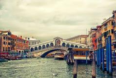 Rialto bro på den storslagna kanalen, Venedig arkivfoto