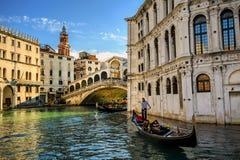 Rialto bro på Grand Canal, Venedig, Italien Arkivfoto