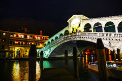 Rialto bro (Ponte Di Rialto) på natten Arkivfoton