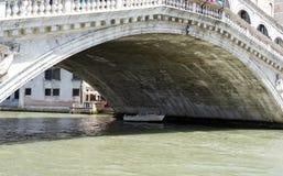 Rialto bro som tas från den storslagna kanalen Royaltyfri Fotografi