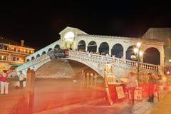 Rialto bro, Vemice på natten Royaltyfri Bild