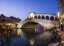 Rialto bro vid natt med folk Arkivfoto