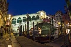 Rialto bro vid natt med folk Fotografering för Bildbyråer