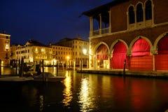 Rialto-Markt, Venedig nachts Stockbild
