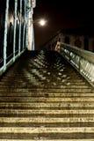 Rialto 's nachts brug van Venetië stock fotografie
