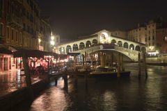 Rialto van Ponte in Venetië - nacht royalty-vrije stock foto