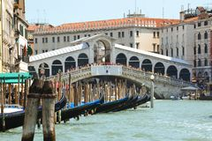 Rialtobrug: een mening van Ponte Di Rialto van Kanaal Grande, Venetië Italië stock foto