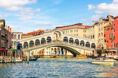 Rialtobrug, een populair oriëntatiepunt van Venetië, Italië, de zomermening royalty-vrije stock fotografie