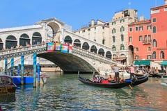 Rialtobrug en Gondels, Venetië - Italië Royalty-vrije Stock Foto's