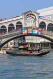 Rialtobrug en Gondels, Venetië - Italië Stock Foto