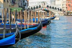 Rialtobrug en Gondels, Venetië - Italië Stock Fotografie
