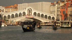 Rialtobrug in Venetië stock videobeelden