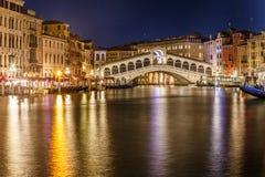 Rialtobrug in Venetië bij Nacht Stock Afbeelding