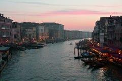 Rialtoen, gondoler och den härliga staden av Venedig, Italien Arkivfoto