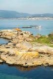 Rias Baixas seascape z Punta Cabalo mussel i latarni morskiej łódkowatym żeglowaniem między mussel łóżkami dzwonił bateas Galicia fotografia royalty free