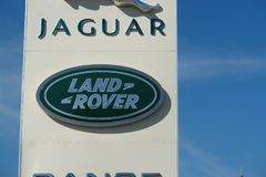 Riazan, Russie - 15 peuvent, 2017 : Jaguar, signe de concessionnaire de Land Rover contre le ciel bleu photos libres de droits