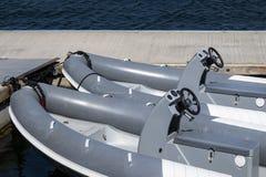 RIB Boats bij een pijler in Zweden stock afbeeldingen