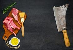 Rib Chops cru avec le fendoir de viande et l'espace de copie images libres de droits