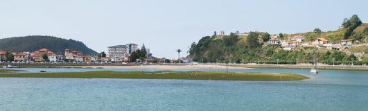 Ribadesella och den Sella floden Arkivbild