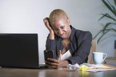 Ribaltamento afroamericano sollecitato e frustrato di funzionamento della donna di colore allo scrittorio del computer portatile  Fotografie Stock Libere da Diritti