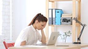 Ribaltamento della donna da perdita, lavorante al computer portatile Fotografie Stock