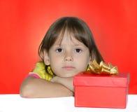 Ribaltamento della ragazza con il suo piccolo presente Fotografia Stock