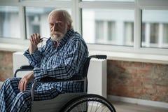 Ribaltamento maschio senior malato lunatico di sensibilità e da solo immagini stock