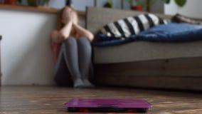 Ribaltamento sollecitato della donna con il suo peso corporeo archivi video