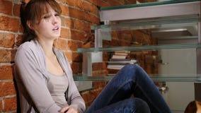 Ribaltamento triste e giovane donna persa che si siedono sulle scale Immagine Stock Libera da Diritti