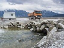 Ribaltatore arancio nel Forggensee vuotato Immagini Stock